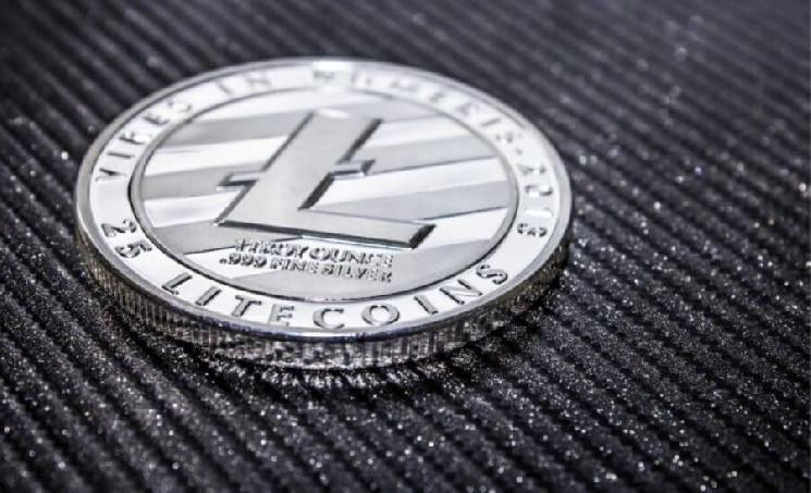 З 13 квітня ціна Litecoin зросла на 30%, і з того часу цінове ралі триває. Збільшення обсяг торгів сигналізує про те, що цінове ралі може бути тривалим. При постійно зростаючому обсязі торгів ціна Litecoin відстає від ATH всього на 13%. За останні 30 днів альткоін виріс більш ніж на 60%, при поточному рівні цін в $ 316 LTC продовжує залишатися недооціненим. За останній рік ціна Litecoin зросла майже на 200%. Судячи з графіком вище, після того, як протягом більшої частини березня діапазон залишався обмеженим, в квітні почалося цінове ралі. Менше 50% трейдерів Litecoin зберігають монету, зараз їх концентрація падає. Аналіз IntoTheBlock показує, що настрої всередині мережі бичачі, незважаючи на те, що DOGE і DOT обійшли LTC з точки зору ринкової капіталізації (дані CoinMarketCap). Оскільки Litecoin приймається скрізь, де є PayPal, попит з боку роздрібних трейдерів зростає. Зміна ринкової капіталізації Uniswap було психологічно важливою віхою для Ходлер і трейдерів LTC. Майже всі трейдери Litecoin знаходяться в прибутку, і той факт, що менше 20% зберігали Litecoin менше місяця, сигналізує про високу короткостроковій рентабельності інвестицій в криптовалюта. За даними Messari, короткострокова рентабельність інвестицій Litecoin робить його досить перспективним, щоб трейдери могли купувати його навіть при поточному рівні цін. На відміну від більшості інших альткоінов кореляція Litecoin з біткоіни становить менше 50%, тому очікується, що зростання цін на Litecoin продовжиться.